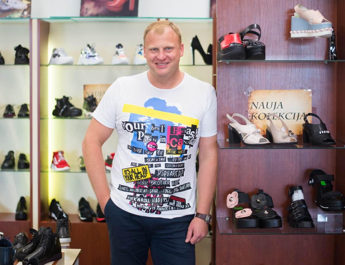 Moteriškais batais prekiaujantis vyras: moteriai reikia mokėti parduoti