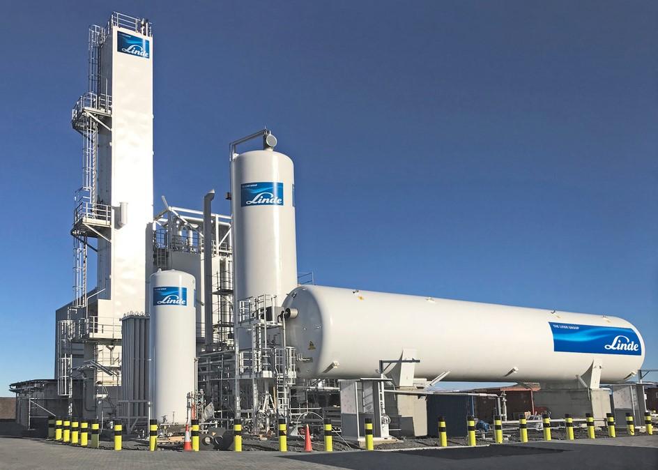 """""""Linde Gas"""" oro skaidymo gamykloje sumontuota įspūdinga kolona"""