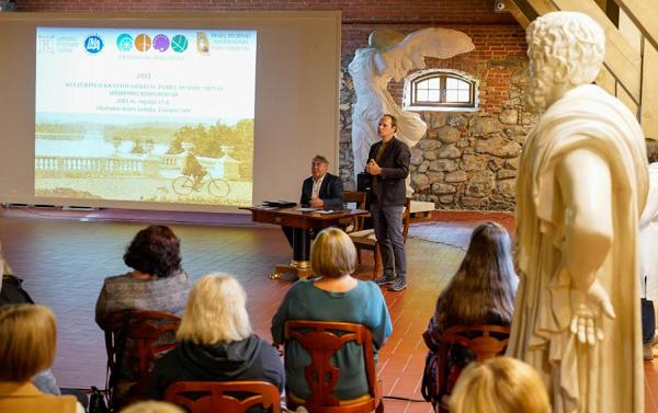 """Baigiamasis Lietuvos muziejų kelio projekto programos """"Tėvynės ieškojimas""""  renginys Užutrakyje"""